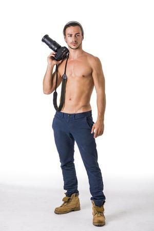 Fotógrafo guapo sin camisa atlética joven de sexo masculino con la cámara profesional de la foto en la mano, aislados en blanco