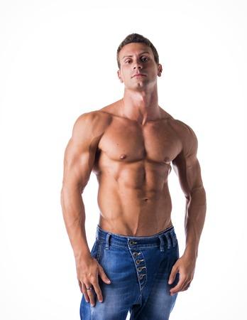 desnudo: Hombre atractivo joven con el torso desnudo muscular, vistiendo pantalones vaqueros, aislados en fondo blanco