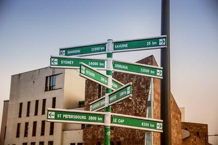 le cap: Diferentes ubicaciones geográficas en las señales de cruce en contra de edificios Foto de archivo