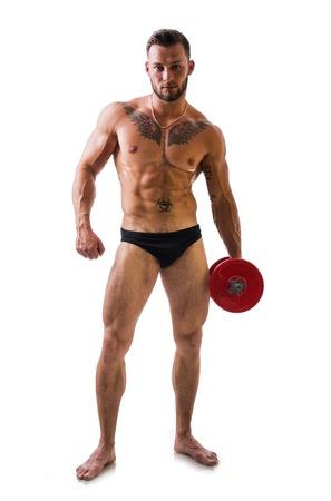 hombre muscular atractivo descamisado joven el ejercicio de bíceps con mancuernas, aislado en blanco. tiro de larga duración Foto de archivo