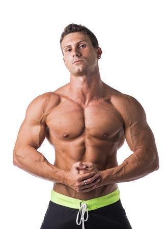 Handsome bodybuilder torso nudo guardando la fotocamera, isolato su sfondo bianco
