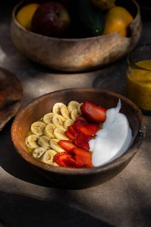 Smoothie bowls with bananas and strawberries in wooden plates 版權商用圖片
