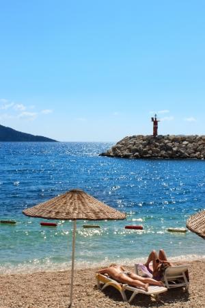 insolación: Kalkan playa bajo el sol de la insolación en Antalya