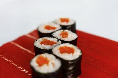 maki sushi: Japanese Food, Maki Sushi sur la plaque rouge