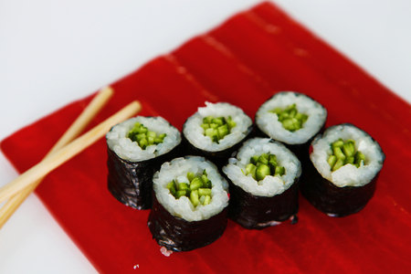 maki sushi: Cuisine japonaise Maki Sushi sur la plaque rouge