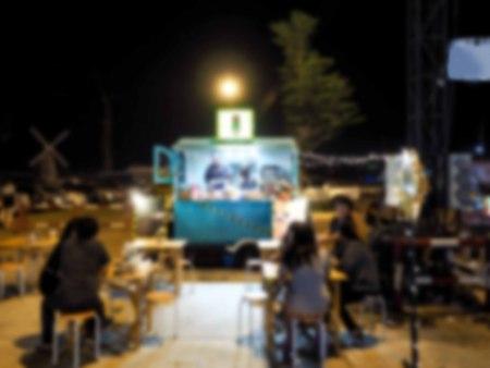 BANGKOK, THAILAND - APRIL 18, 2016: Food truck along Front Street in night market Bangkok, Thailand. Shot at night with customers. Standard-Bild