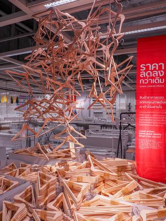 BANGKOK, THAILAND - 4 april 2017: Kleerhangers te koop, in de IKEA-winkel van de geboorteplaats van de oprichter Ingvar Kamprad in Almhult, Zuid-Zweden. Redactioneel