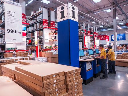 BANGKOK, THAILAND, april 2017: een overzicht van het Ikea-personeelsmagazijn met de klanten in de steigergroep. Redactioneel