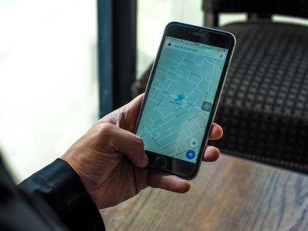バンコク, タイ王国 - 4 月 18,2017: Apple の iPhone のアプリケーションを Google マップ。Google マップは、地理的な地域および世界中のサイトに関する情報
