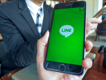 logo samsung: BANGKOK, THAILAND - April 18, 2017. Line app logo display on screen Smartphone in male hands on April 18,2017 in Thailand.