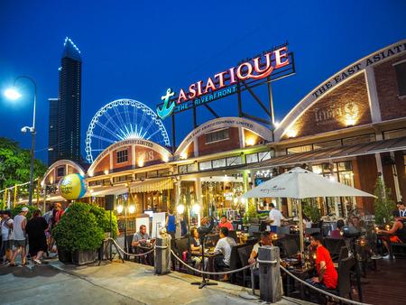 バンコク タイ - 4 月 25 日: Asiatique バンコク、2017 年 4 月 25 日、タイのバンコクでの夜の時間のリバー フロントの屋外レストラン。