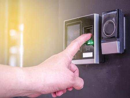 ロックを解除するドアのセキュリティ システムのための指印刷スキャン