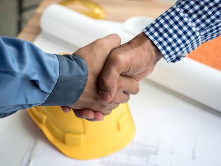건설 현장 프로젝트, 문서, 작업자 도구를 계획하는 비즈니스 엔지니어의 근접