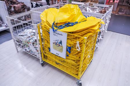 BANGKOK THAILAND - 25 december 2016: Grote gele boodschappentassen in IKEA Store. IKEA is 's werelds grootste meubelverkoper, opgericht in 1943 in Zweden