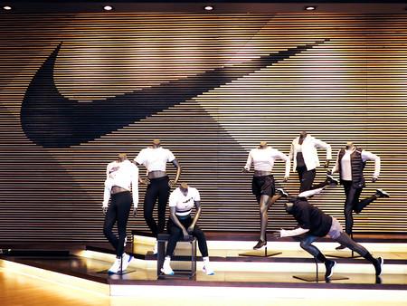 Guangzhou, Chiny - MARZEC 27,2018: wnętrze sklepu nike. Słynna marka odzieży sportowej na całym świecie i jest jedną ze światowych. Publikacyjne