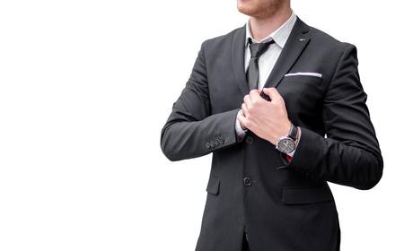 Fiducioso giovane uomo d'affari che guarda lontano mentre sta in piedi all'aperto con il paesaggio urbano sullo sfondo