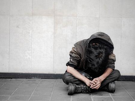 Obdachloser auf Gehwegstraße in der Stadt und betteln um Hilfe und Geld Probleme moderner Großstädte. Standard-Bild