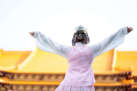 Young traveler girl Stand to take Photo stand with major tourist attractions in Asia. Imagens
