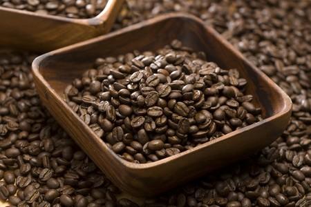 coffe bean: Chicchi di caff� in una ciotola di legno