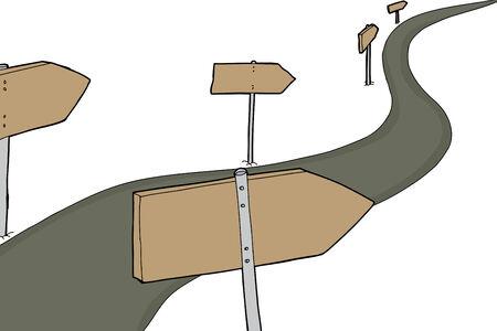 木製矢印記号で分離されたアスファルト道路