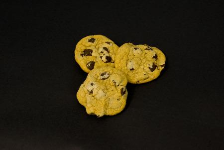 チョコレート チップ クッキーの黒背景うーん