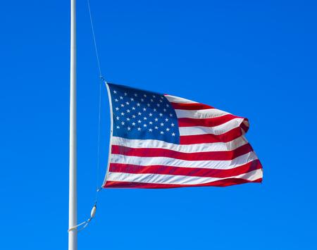 verenigde staten vlag: Verenigde Staten vliegen vlag op de helft van het personeel