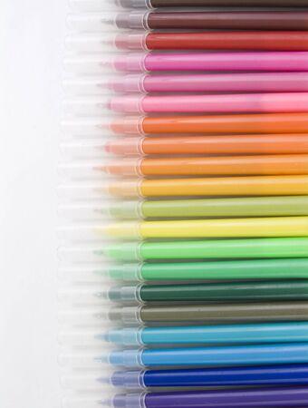 Regenboog van vele verschillende gekleurde stiften