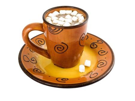 chocolat chaud: Chocolat chaud avec des guimauves sur un fond blanc