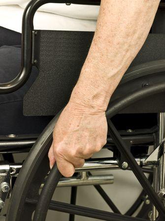 이전 휠체어 석에 손을 밀기