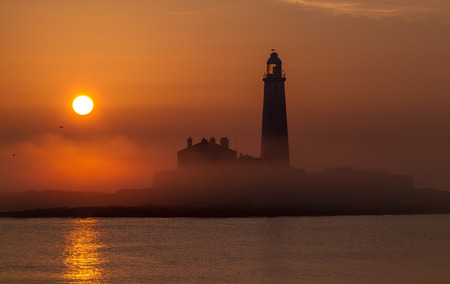 A misty morning down at St Marys Lighthouse in Whitley Bay for sunrise. Stockfoto