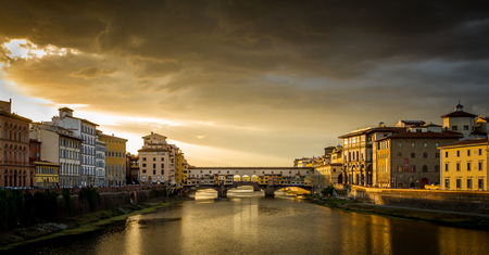 Ponte Vecchio in Florence, Italy at a cloudy sunset Stockfoto