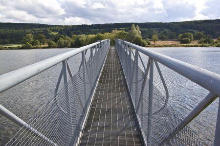 structured: metal estructurado puente que abarca un lago Foto de archivo