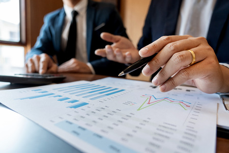 Lluvia de ideas del equipo corporativo de negocios, estrategia de planificación con una discusión Análisis de inversión investigando con gráfico en la oficina, sus documentos de escritorio y concepto de ahorro.