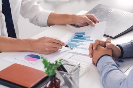 Lluvia de ideas del equipo corporativo de negocios, estrategia de planificación con una discusión Análisis de inversión investigando con gráfico en la oficina, sus documentos de escritorio y concepto de ahorro. Foto de archivo