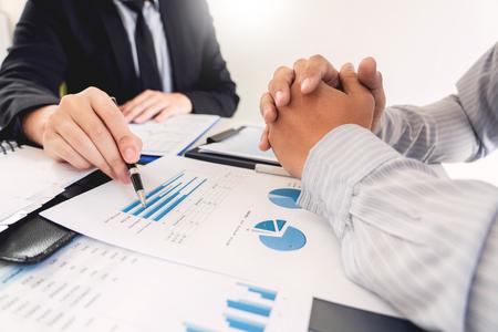 Business Corporate team brainstormen, planningsstrategie met een discussie Analyse-investeringen onderzoeken met grafiek op kantoor zijn bureaudocumenten en besparingsconcept.