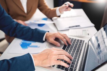 teamwerk bedrijfsvergaderingsconcept, zakenpartners die met een laptop werken die samen het resultaat van het opstarten van het financiële project of het strategieplan analyseren en gegevensdocument op kantoor bespreken;