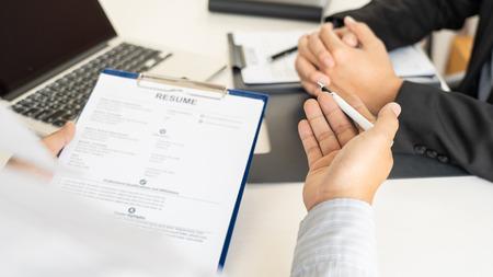 Rozmowa kwalifikacyjna i koncepcja zatrudniania, kandydat na spotkanie Biznesmen wyjaśniający swój profil i odpowiedź na kierownika ds. zasobów ludzkich siedzącego przy stole naprzeciwko w biurze Zdjęcie Seryjne