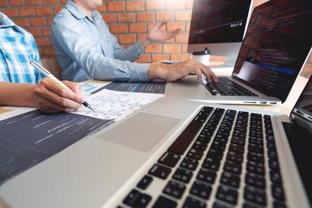 Trabajo colaborativo Ingenieros de software, tecnologías de desarrollo de sitios web o programador que trabaja codificando en el proyecto de aplicación de inicio ai en pantalla con un socio en la empresa de oficina de espacio de coworking Foto de archivo