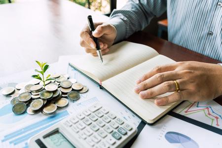 Concepto de análisis de estrategia, empresario que trabaja, gerente financiero, proceso de investigación, contabilidad, cálculo, análisis, gráfico de mercado, datos, información sobre acciones, revisión sobre la mesa en la oficina.