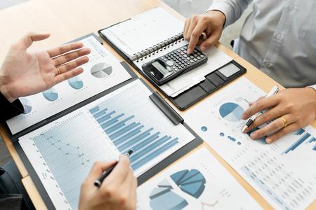 Biznes Korporacyjny zespół burza mózgów, strategia planowania po dyskusji Analiza badania inwestycji z wykresem w biurze jego dokumenty biurkowe i koncepcja oszczędzania.