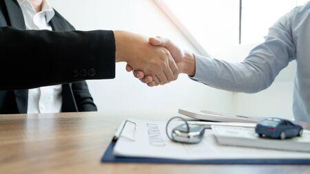 Empresario dando clave final al cliente después de un buen acuerdo. mientras se aprueba el contrato de préstamo y la calculadora, compra el concepto de casa.