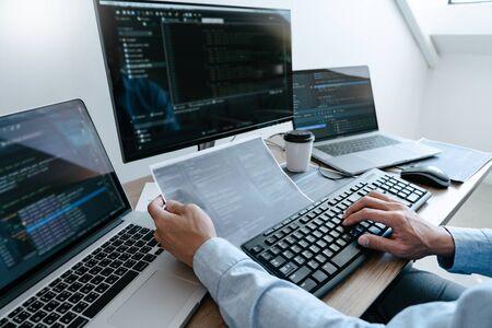 Programmierer, der Code auf Desktop-Computer eingibt, Konzept für Programmier- und Codierungstechnologien entwickeln Standard-Bild