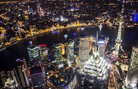 세계 금융 센터의 꼭대기에서 밤 상하이의 스카이 라인