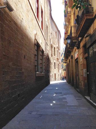 gotico: Barcelona, ??España 8 de mayo de 2014 - Una de las calles estrechas del barrio del Gòtic de Barcelona Editorial