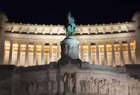 altar of fatherland: View of Altar of the Fatherland at night in Rome Stock Photo