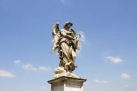 Statua di angelo di Roma con lo sfondo del cielo al ponte di Sant'Angelo Roma