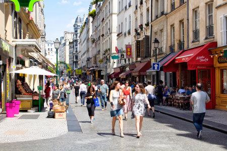PARIS - JUILLET 2016: Les gens marchent sur la rue Montorgueil sur la journée ensoleillée à Paris. Cafés, petits magasins et des bâtiments de style d'architecture françaises sont dans la vue.