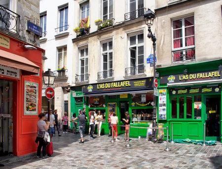 パリ - 2016 年 7 月: Fallafel は、パリのマレ地区のユダヤ人地区に配置します。人々 には、屋台の食べ物があります。