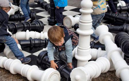 子供はトヴェルスカヤ通りにモスクワ市の日のお祝いと祭で巨大なチェスをプレイします。白雲母に千人以上のイベント市全体があります。