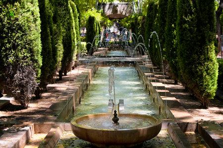 ホート ・ デル ・ レイ ラ アルムダイナのロイヤル宮殿、カテドラル ・ デ ・ マリョルカの横にある公園で、木と噴水の表示 報道画像